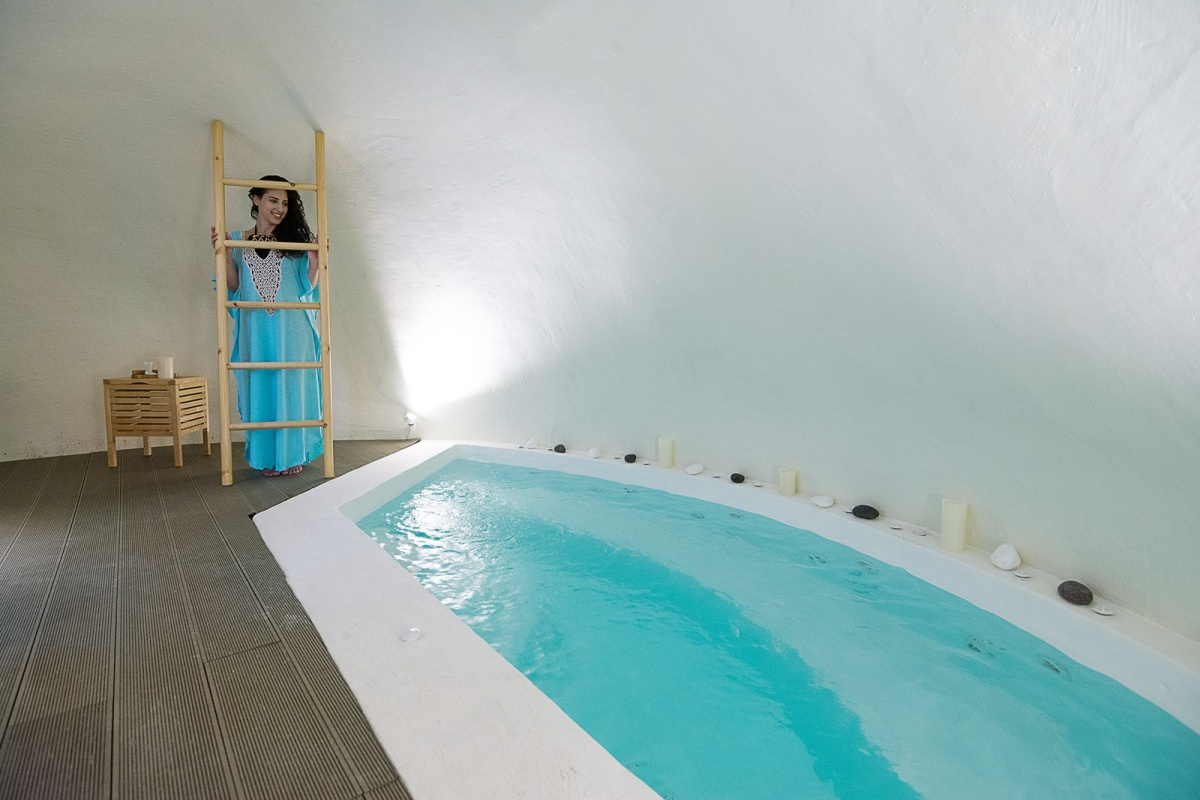 Pyrgos Kastelli Villas: A cave house in the most picturesque village of Santorini